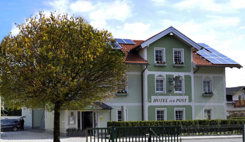 Hotel zur Post mit Solarpanels auf dem Dach
